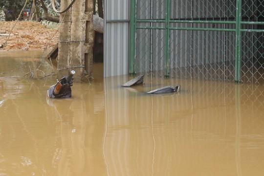 Xe máy của người dân phải chịu cảnh ngâm nước mấy ngày trời