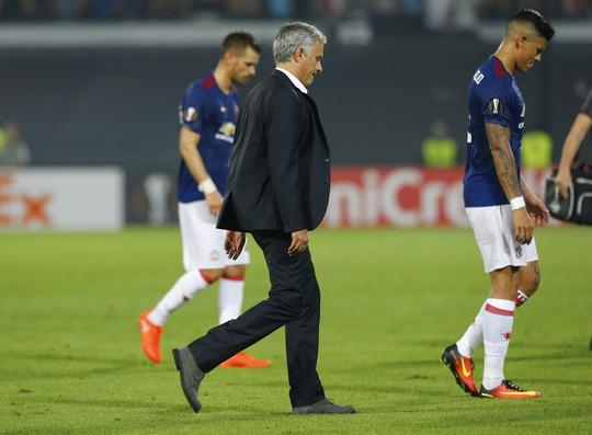 Tuần lễ trăng mật của HLV Mourinho và M.U đã khép lại, cả hành trình khó khăn đang chờ đợi cả hai sau khi bộc lộ nhiều vấn đề chưa thể khắc phục