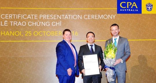Ông Ngô Hoàng Hà – Phó Giám đốc Tài chính Techcombank (đứng giữa) nhận chứng chỉ từ lãnh đạo CPA Australia