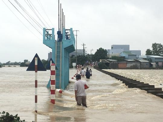 Mưa lũ gây chia cắt nhiều tuyến đường ở tỉnh Bình Định