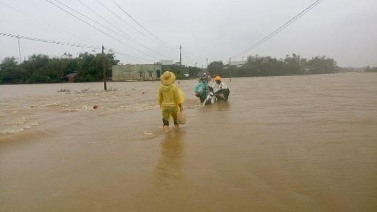 Mưa lũ gây chia cắt nhiều tuyến đường ở huyện Tuy Phước - ảnh: Xuân Thức