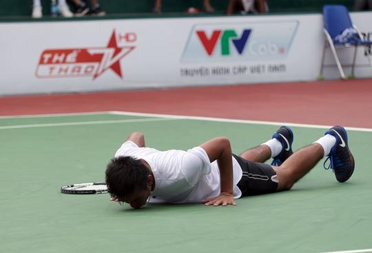 Quá mừng với ngôi vô địch đầu tiên của mình tại Mens Futures, Nam đã hôn sân quần vợt