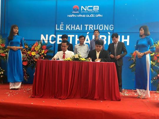 Đại diện NCB (áo trắng bên trái) và đại diện các doanh nghiệp ký biên bản tài trợ tín dụng