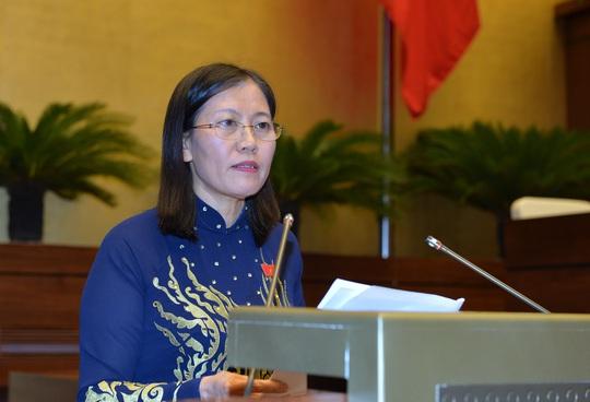 Bà Lê Thị Nga báo cáo trước Quốc hội - ảnh Nguyễn Nam