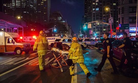 Người bị thương tại hiện trường vụ nổ ở TP New York được đưa đi cấp cứu Ảnh: AP
