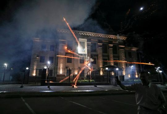 Nhiều người Ukraine quá khích tấn công Đại sứ quán Nga ở thủ đô Kiev của Ukraine rạng sáng 17-9 Ảnh: REUTERS