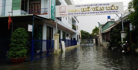 Đường vào xí nghiệp in của Công ty XSKT tỉnh Kiên Giang bị ngập lênh lánh.
