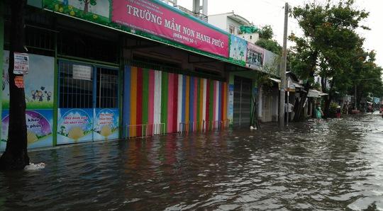 Một điểm trường mẫu giáo trên đường Nguyễn Văn Cừ cũng bị ngập sâu.