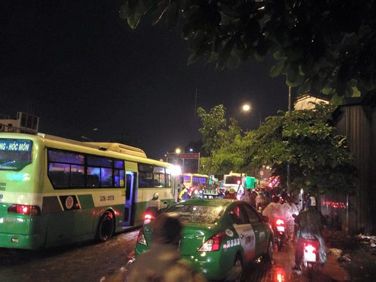 Lúc 19 giờ, cầu Bình Triệu 2 đang kẹt xe kinh hoàng.