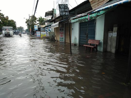 Người dân khốn đốn vì nước đã tràn vào nhà.