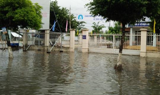 Nhiều trụ sở làm việc của các cơ quan chức năng cũng bị ngập sân.
