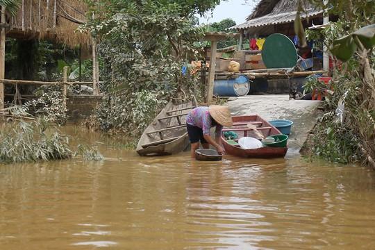 Do thiếu thốn nguồn nước sạch, nhiều gia đình phải sử dụng nước lũ để sinh hoạt