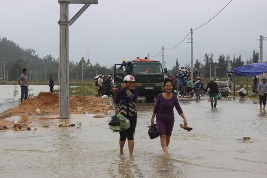 Người dân vùng lũ đi mua lương thực về để chống chọi với cơn lũ kéo dài