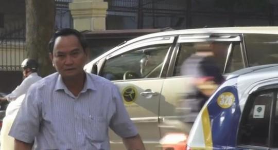Thứ trưởng Nguyễn Hữu Chí đi làm bằng taxi - Ảnh cắt từ clip của VNE
