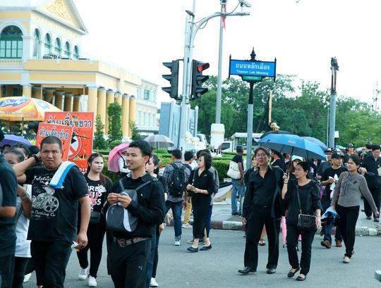 Người dân Thái Lan mặc áo đen trong quốc tang