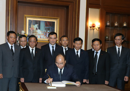 Thủ tướng viết sổ tang tại lễ viếng