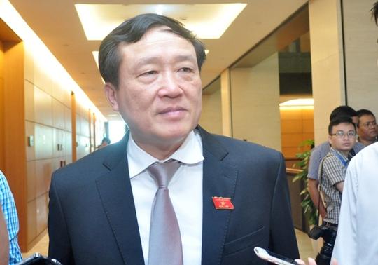 Chánh án TAND Tối cao Nguyễn Hoà Bình trao đổi với báo chí bên hành lang Quốc hội