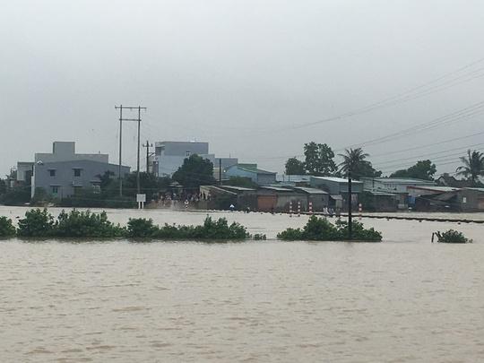Một khu dân cư phường Nhơn Bình, TP Quy Nhơn đang bị cô lập do ngập nước