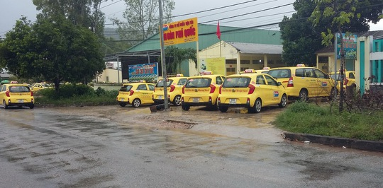 Nhiều tài xế quyết bỏ lại xe trước cổng chi nhánh của công ty.