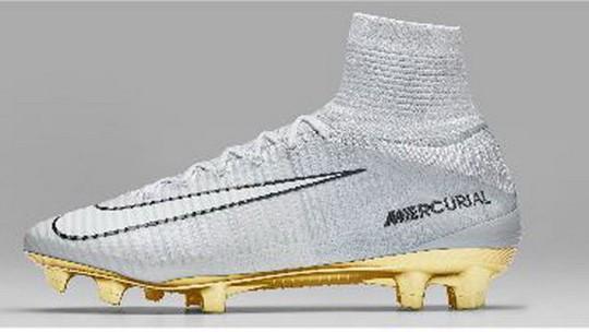 Nike đặt làm chiếc giày đặc biệt bằng vàng và bạc để tôn vinh Ronaldo nhân sự kiện này