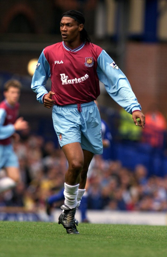 Song chuyển sang West Ham năm 2000 từ Liverpool