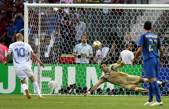 Con trai Zidane tái hiện cú panenka kinh điển của bố