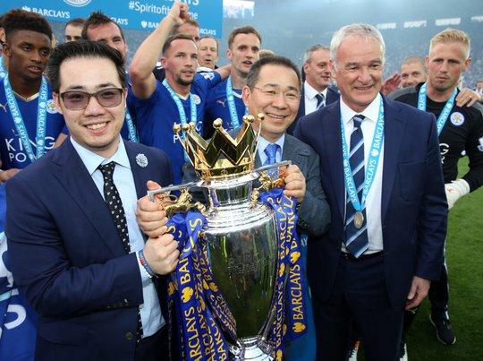 Vichai Srivaddhanaprabha và HLV Ranieri trong ngày vui của Leicester