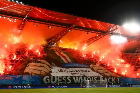 Fan Legia Warsaw đốt pháo sáng trên sân trước khi đụng độ với cảnh sát