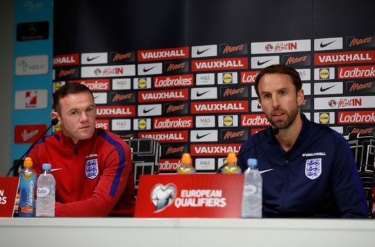 Rooney và HLV tạm quyền Southgate trong buổi họp báo