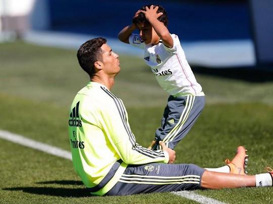 Ronaldo tập luyện cho con trai
