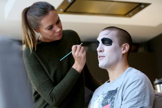 Oriol Romeu (Southampton) đầu tư kỹ cho khuôn mặt ma của mình