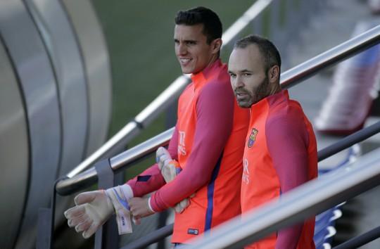Andres Iniesta, bên phải, và thủ môn dự bị Jordi Masip nghỉ ngơi giữa buổi tập hôm 2-12