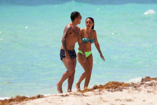 Tevez và vợ Vanessa ở Miami