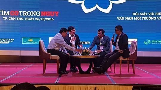 Các diễn giả tham gia buổi tọa đàm nói về biển đổi khí hậu tác động lên ĐBSCL tại diễn đàn Mekong Connect CEO Forum sáng 26- 10. Ảnh: Ca Linh