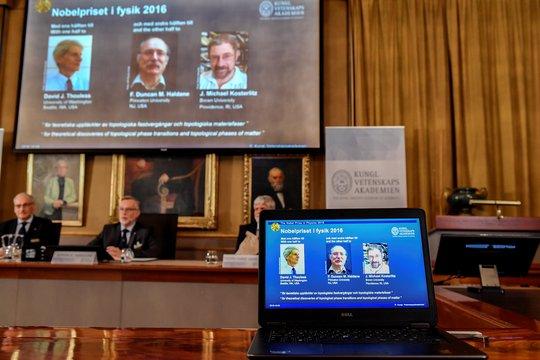 Hình ảnh của 3 nhà khoa học đoạt giải Nobel Vật lý 2016 trên màn hình tại cuộc họp báo công bố giải thưởng Ảnh: REUTERS