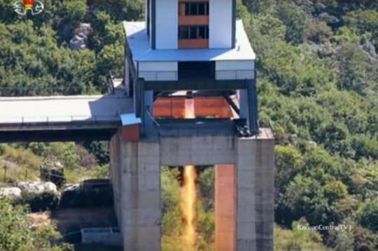 Triều Tiên hôm 20-9 tuyên bố thử nghiệm thành công động cơ tên lửa lực đẩy 80 tấn. Ảnh: KCTV