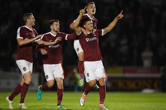 Northampton vui mừng với bàn gỡ 1-1 từ chấm 11 m