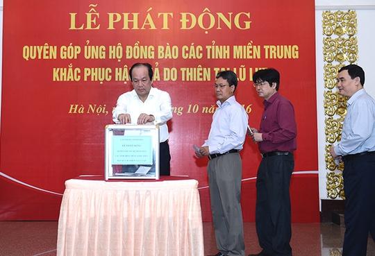 Các Phó Thủ tướng và cán bộ Văn phòng Chính phủ quyên góp ủng hộ đồng bào miền Trung