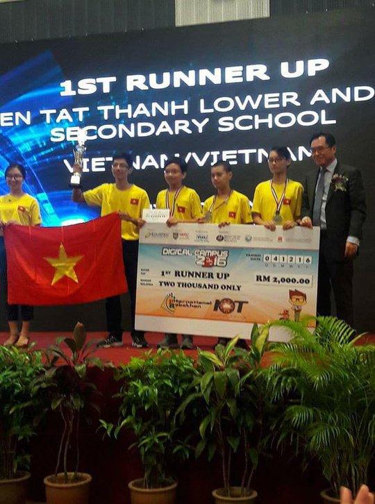 Các học sinh trường THCS-THPT Nguyễn Tất Thành, Hà Nội giành giải nhì cuộc thi