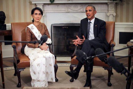 Tổng thống Mỹ Barack Obama (phải) hội đàm cùng Cố vấn Nhà nước Myanmar Aung San Suu Kyi tại Nhà Trắng hôm 14-9. Ảnh: Reuters