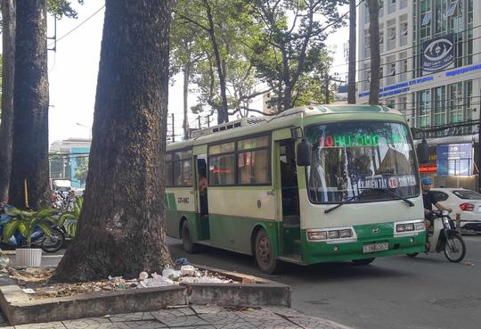 Tài xế xe buýt sau khi đâm người đi đường đã lên xe rời khỏi hiện trường
