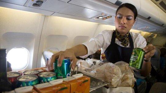 Thông thường, những hành khách ngồi ghế đầu sẽ được phục vụ thức ăn nước uống đầu tiên. Ảnh: BBC