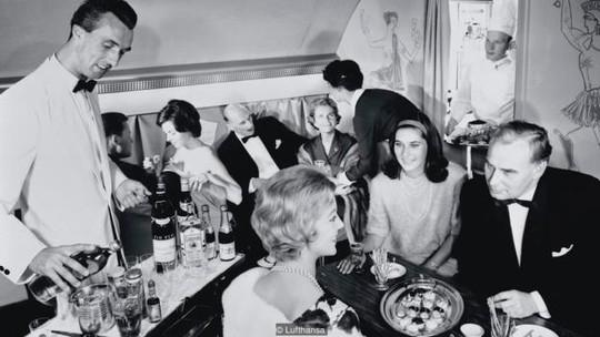 Tiếp viên hàng không ngày nay không còn đủ thời gian chăm chút bữa ăn cho từng hành khách. Ảnh: BBC