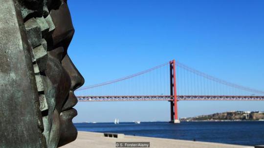 Ngay cả những bức tượng ở Lisbon cũng có vẻ mặt ủ rũ. Ảnh: Alamy