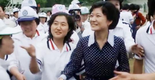 Ảnh chụp bà Park Geun-hye và bà Choi Soon-sil (trái) tại một sự kiện năm 1979. Ảnh: Chosun.