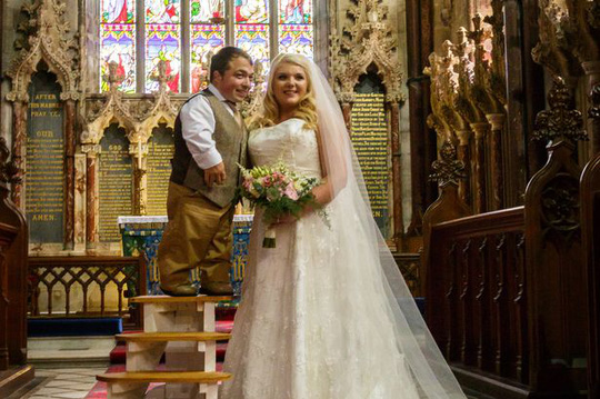 James và Chloe đã có thể tiến hành những nghi thức lễ cưới một cách bình thường nhớ chiếc thang gỗ 4 bậc đặc biệt. Ảnh: WBNews
