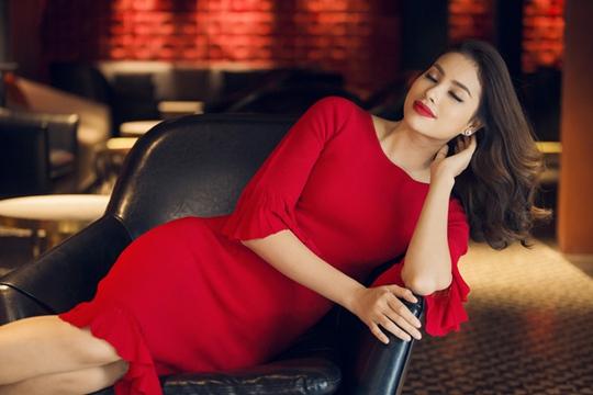 Hoa hậu Phạm Hương khoe vẻ đẹp rạng rỡ trong Duyên dáng Việt Nam