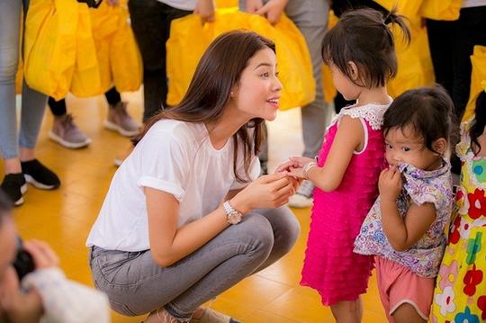 Phạm Hương trong một lần ghé thăm một cơ sở nuôi dưỡng trẻ cơ nhỡ
