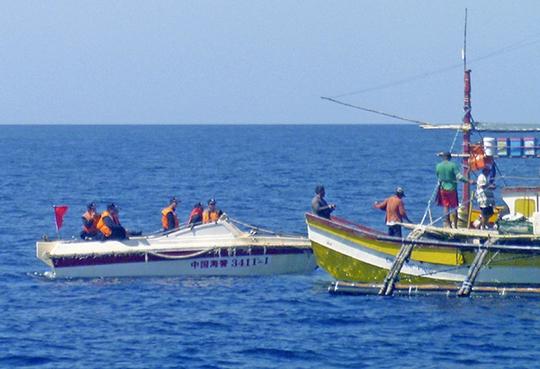 Lực lượng hải cảnh Trung Quốc chặn tàu cá Philippines gần bãi cạn Scarborough Ảnh: AP