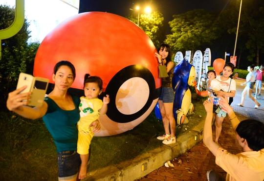 Khá đông người dân TP.HCM dắt trẻ em đến phố lồng đèn Pokemon tại Khu đô thị Celadon City (quận Tân Phú, TP HCM) tham quan, chụp ảnh.